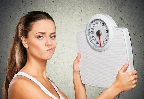 体重計を持っている女性