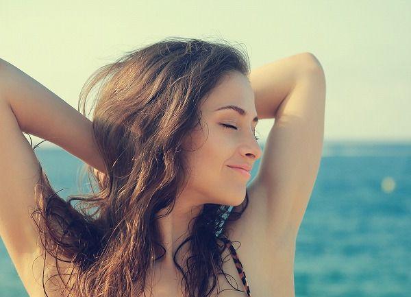 海にいる女性