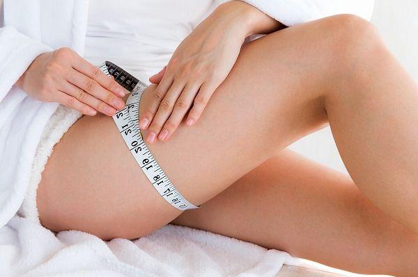 足の太さをはかる女性